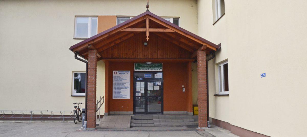 Wejście do budynku przychodni w Niepołomicach