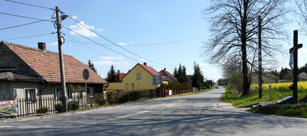 Skrzyżowanie drogi powiatowej Targowisko – Węgrzce Wielkie w Staniątkach przed remontem
