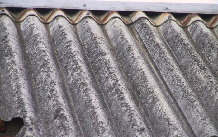 Fragment dachu z azbestu.