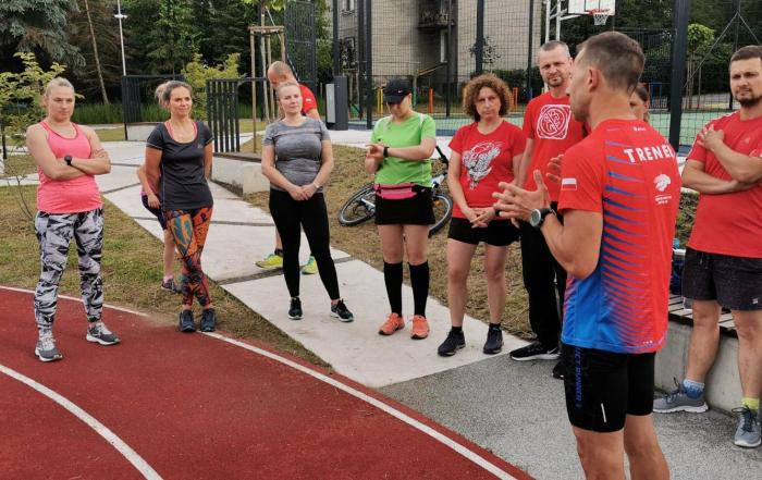 Trener Ilya Markov przekazuje wskazówki przed treningiem biegowym