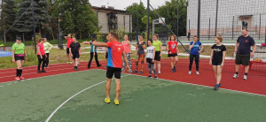 Trener Ilya Markov przekazuje wskazówki biegaczom