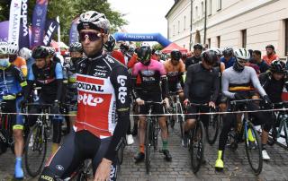 Rowerzyści na starcie wyścigu przy bramie Zamku Królewskiego