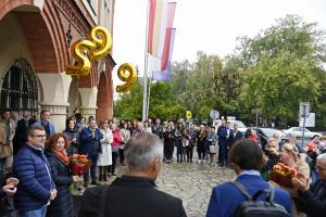 Pracownicy urzędu i mieszkańcy Niepołomice witają burmistrza Romana Ptaka i wiceburmistrza Adama Twardowskiego