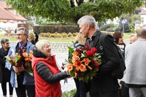 Dorota Kulesza wręcza kwiaty Adamowi Twardowskiemu