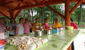 Dziewczynki i przygotowane przez nie tortille i sałatki.