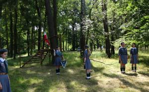 Ślubowanie harcerek podczas obozu letniego.