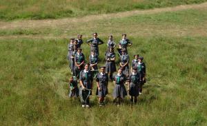 Widok z góry na grupę harcerek.