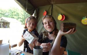 Dwie dziewczynki pokazują przygotowane przez siebie własnoręcznie szkatułki.