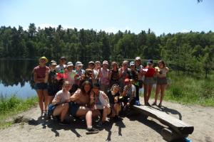 Grupa młodzieży nad jeziorem.