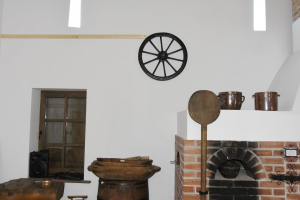 Wnętrze Izby Regionalnej, W centrum sprzęty gospodarstwa domowego. Po prawej stronie piec chlebowy