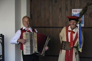 Jan Gębala gra na akordeonie
