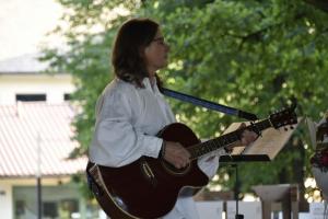 Janusz Rojek gra na gitarze