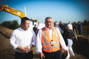 Pełniący funkcję burmistrza Niepołomice Krystian Zieliński oraz minister infrastruktury Andrzej Adamczyk podczas uroczystości wbicia łopaty pod budowę obwodnicy Podłęża