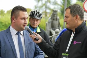 Pełniący funkcję burmistrza Krystian Zieliński wita zawodników Wyścigu by Tomasz Maryczyński