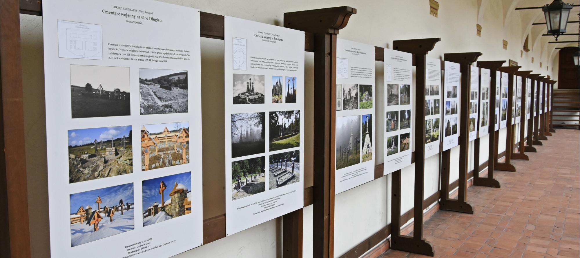 Plansze przedstawiające odnowione cmentarze