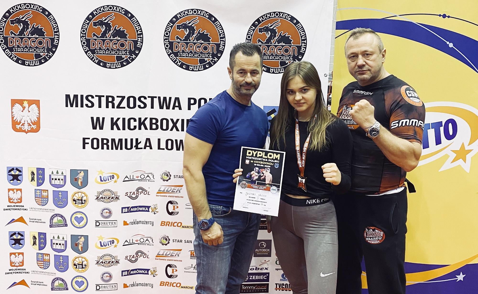Justyna Krosta zdobywczyni 3 miejsca w zawodach kick-boxingu, z trenerami