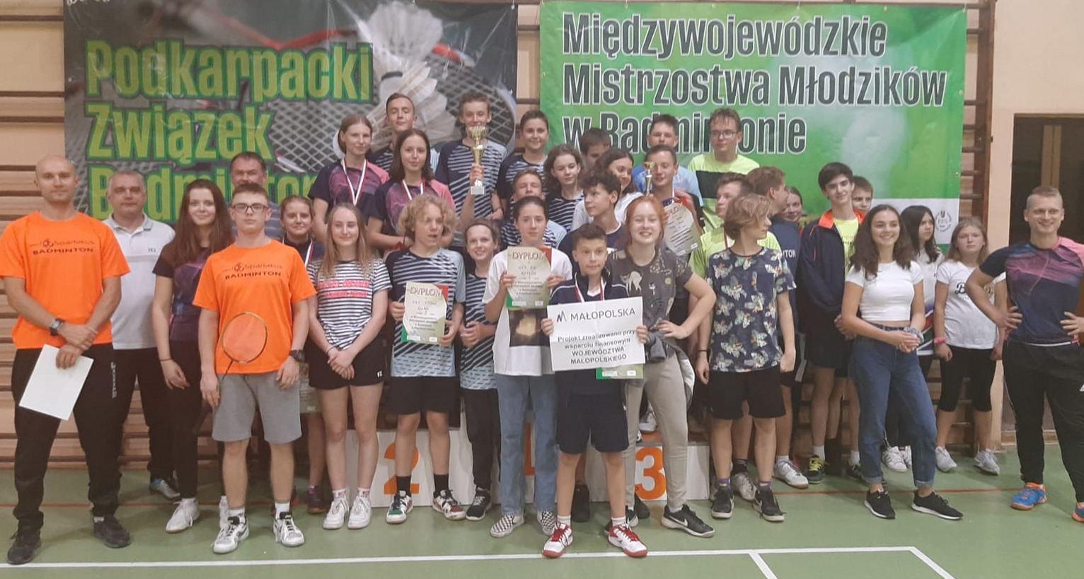 Pamiątkowe zdjęcie badmintonistów po zawodach.
