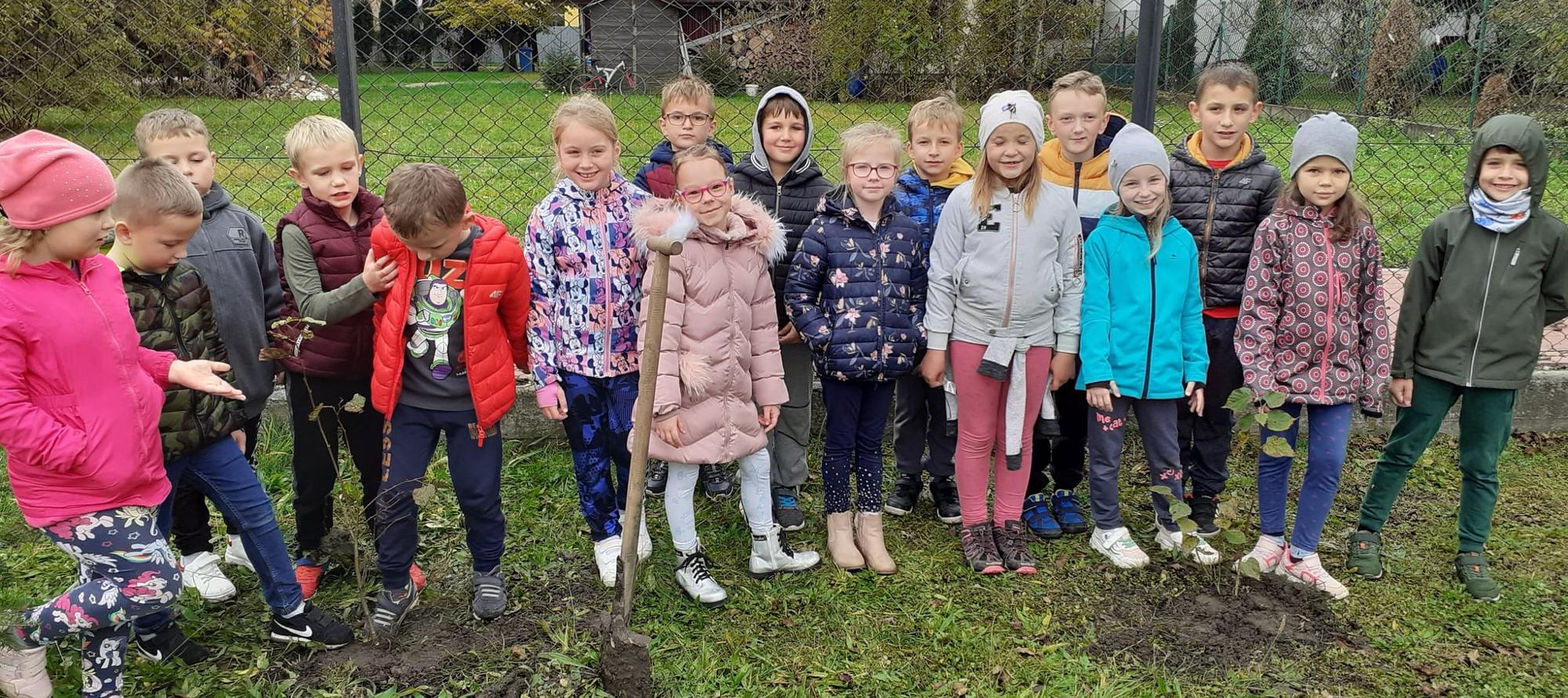 dzieci z SP Wola Batorska sadzą drzewa