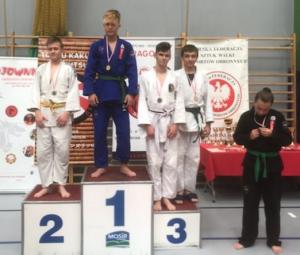 Bartek, zawodnik Challenge Ju-Jitsu Sport Niepołomice na 1 miejscu podium