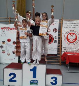 Franciszek, zawodnik Challenge Ju-Jitsu Sport Niepołomice na 1 miejscu podium