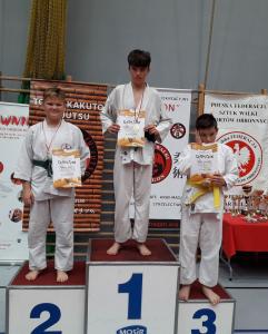 Ksawery, zawodnik Challenge Ju-Jitsu Sport Niepołomice na 2 miejscu podium