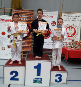 Marcel, zawodnik Challenge Ju-Jitsu Sport Niepołomice na 2 miejscu podium