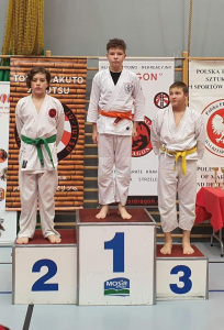 Michał, zawodnik Challenge Ju-Jitsu Sport Niepołomice na 1 miejscu podium