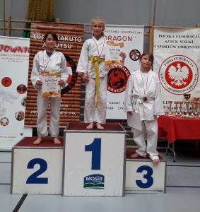 Milena, zawodniczka Challenge Ju-Jitsu Sport Niepołomice na 1 miejscu podium