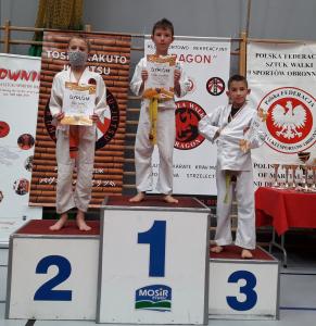 Tomek i Ksawery, zawodnicy Challenge Ju-Jitsu Sport Niepołomice na 1 i 3 miejscu podium