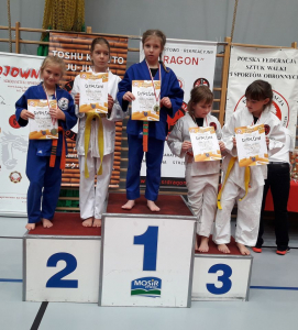 Zuzanna i Pola, zawodniczki Challenge Ju-Jitsu Sport Niepołomice na 1 i 2 miejscu podium