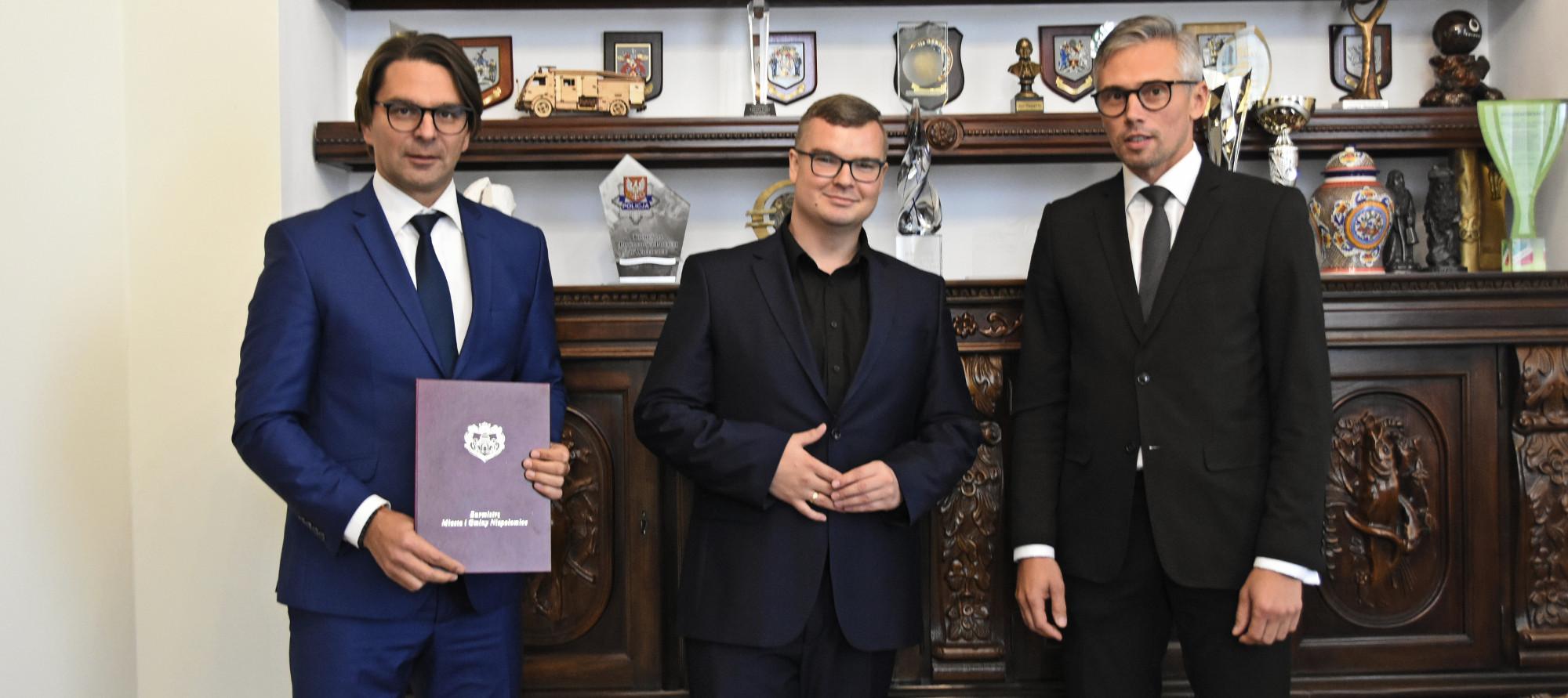 Burmistrz Roman Ptak wraz zastępcami - Michałem Hebdą i Adamem Twardowskim