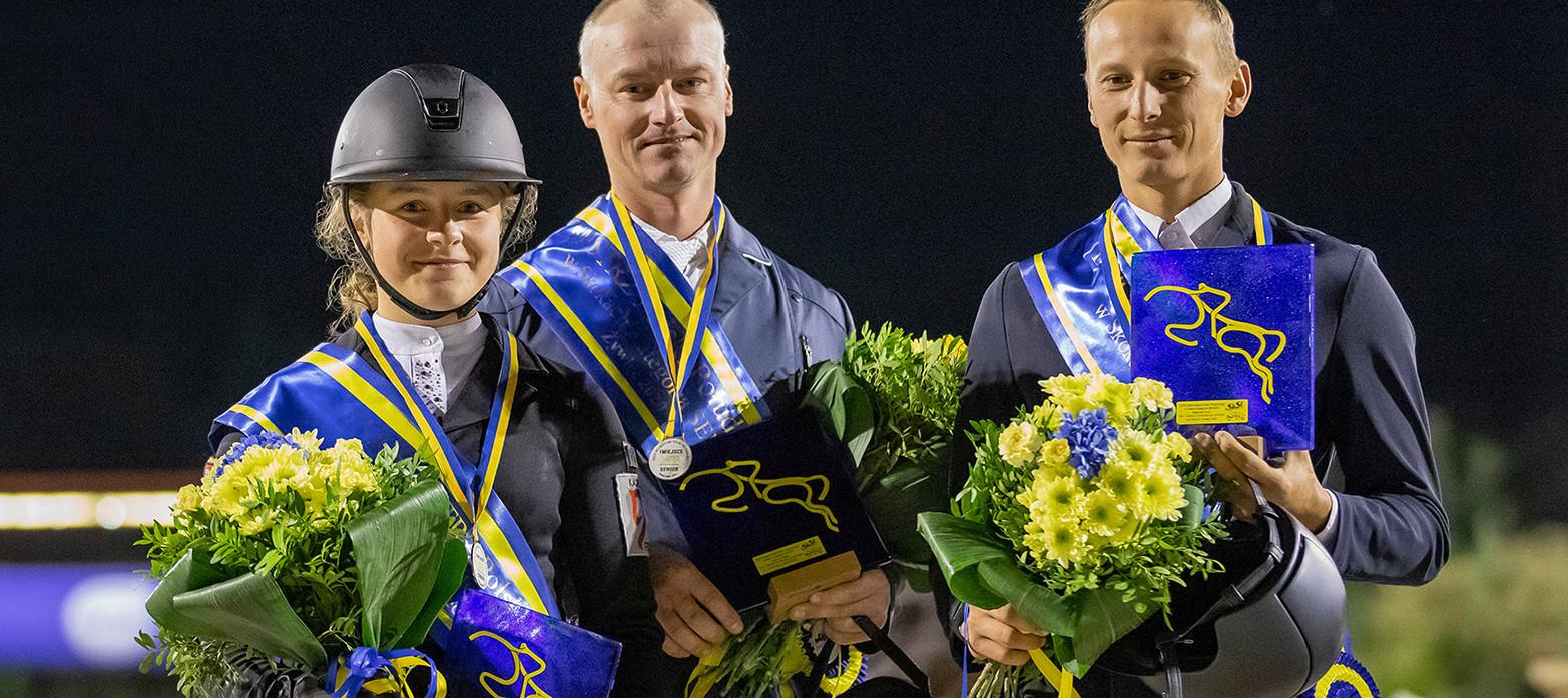 Marta Wypiór i Gina Royalty – 2 miejsce w kat. SENIOR - zdjęcie z dekoracji, na podium również Krzysztof Widzyk – 1 miejsce i Łukasz Koza 3 miejsce