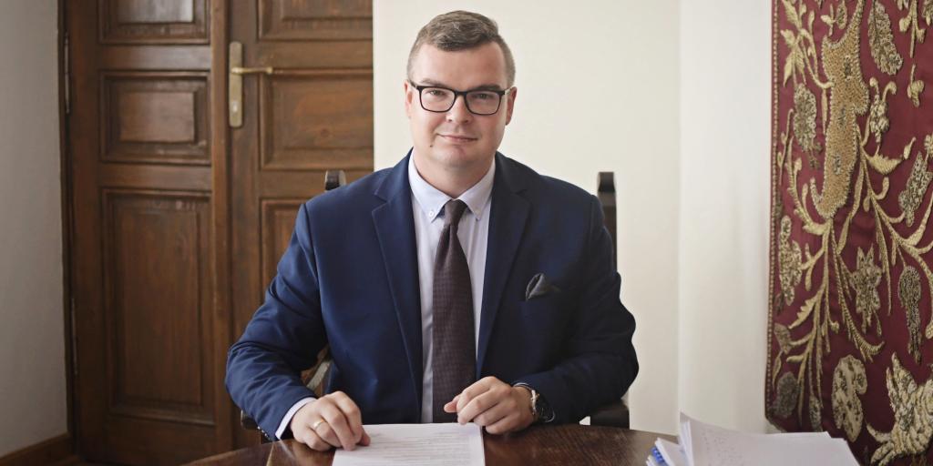 Wiceburmistrz Michał Hebda przy biurku.