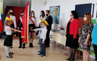 Przedstawiciele klas pierwszych składają ślubowanie na sztandar szkoły.