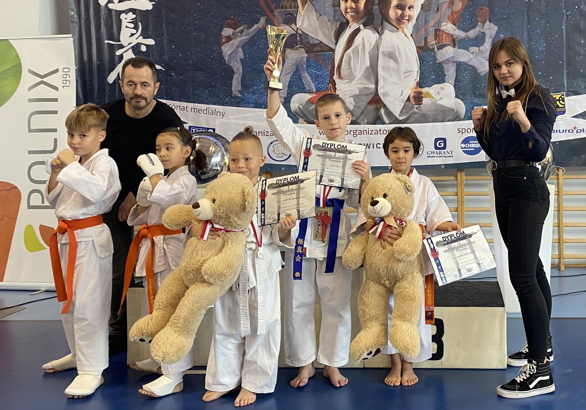 Zdjęcie grupowe zawodników Niepołomickiego Klubu Karate Kyokushin