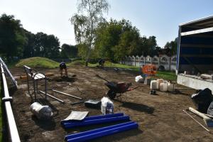 Pracownicy montują urządzenia na placu zabaw, porozkładane narzędzia, postawione 2 ławki.