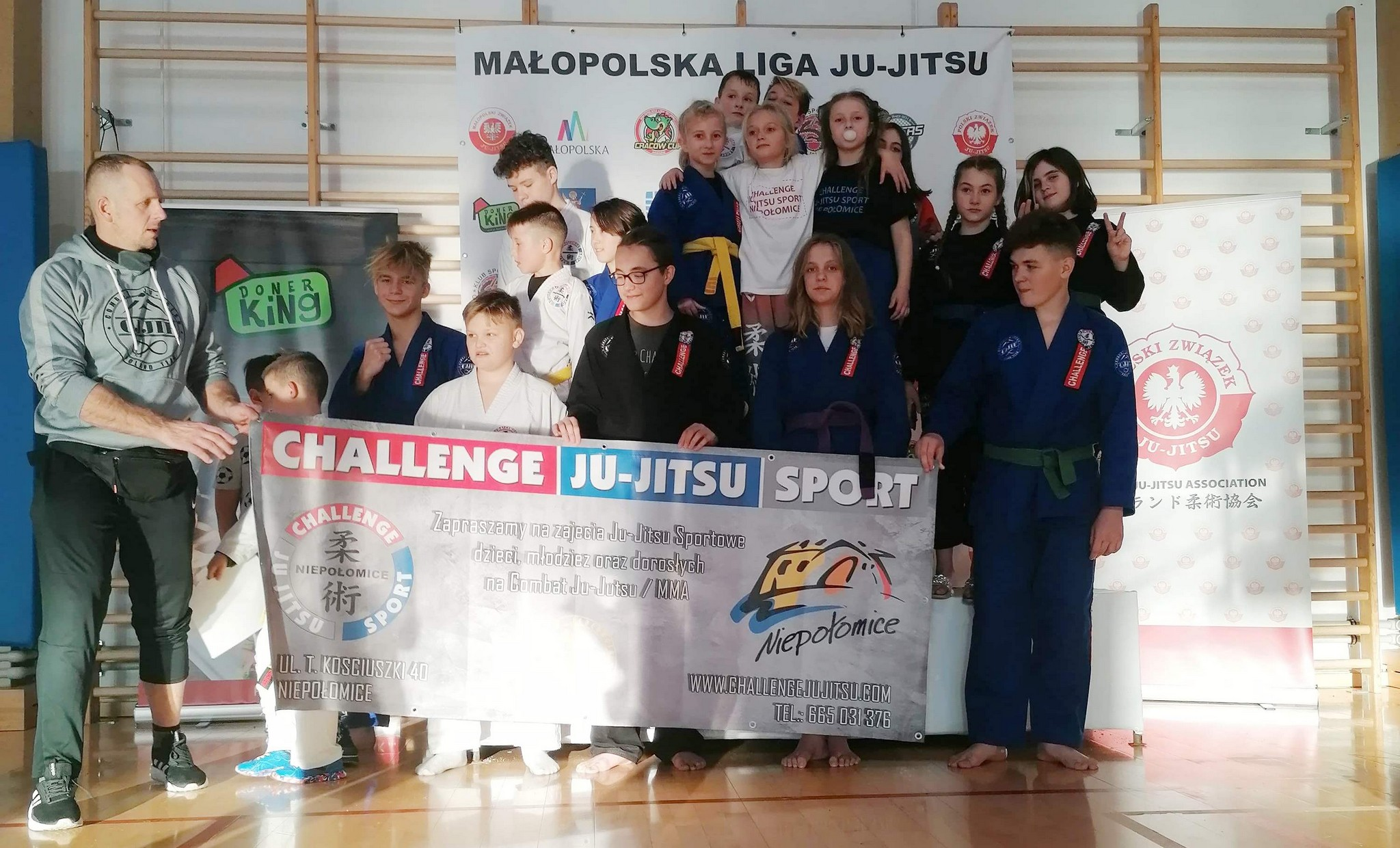 Zdjęcie grupowe medalistów Małopolskiej Ligi Ju-Jitsu w Nowym Sączu