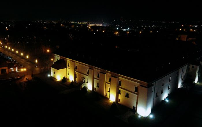 Zamek w Niepołomicach oraz Park Miejski - ujęcie wieczorne z drona.