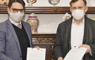 Roman Ptak i Marcin Gajda - podpisanie umowy na niepołomickie błonia