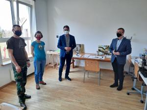Burmistrz, jego zastępca i sekretarz Gminy Niepołomice zwiedzają dom kultury Siedlisko
