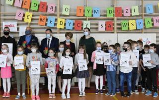 Zdjęcie grupowe podczas przekazania oczyszczacza powietrza, nagrody w konkursie Medycycy - dziękujemy