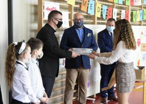 """Uroczystość przekazania oczyszczacza powietrza - nagrody w konkursie """"Medycycy - dziękujemy"""" dla Szkoły Podstawowej w Zakrzowie"""