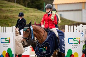 Marta Wypiór z trofeum podczas zawodach konnych w Zielonej Górze
