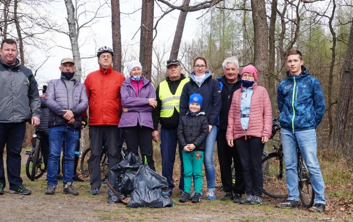 zdjęcie grupowe uczestników akcji sprzątania czarnego stawu