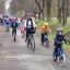 Uczestnicy rajdu jadą na rowerach po ścieżce w Puszczy Niepołomickiej