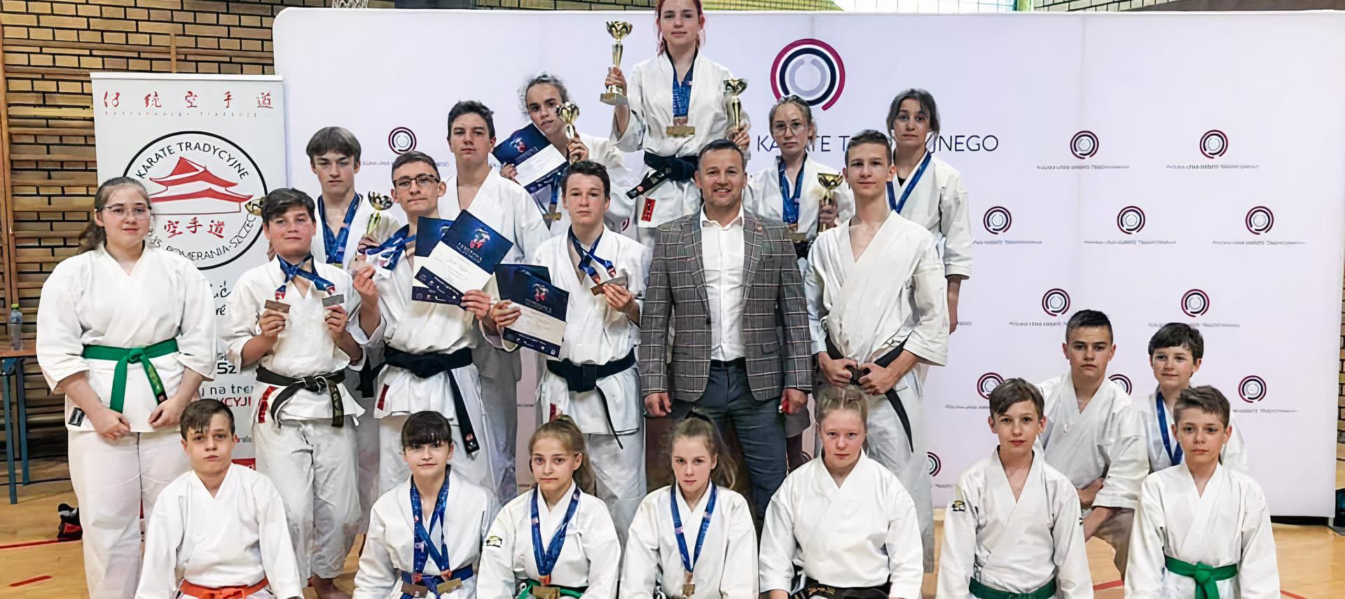 zdjęcie grupowe zawodników AKT Niepołomice