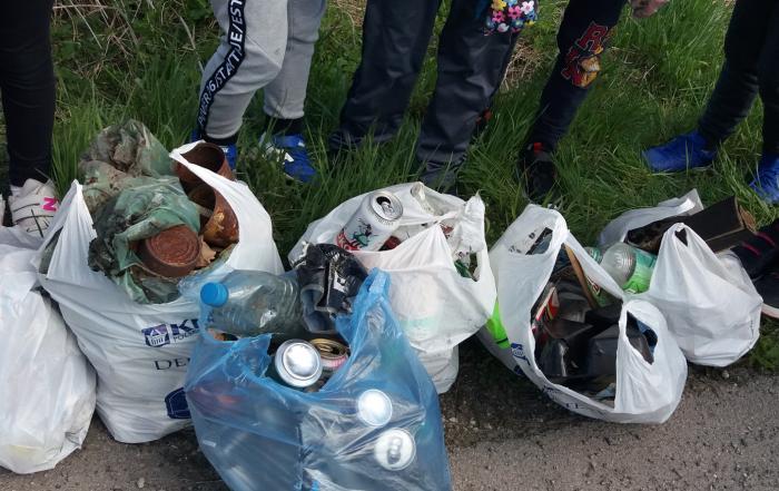 Worki ze śmieciami zebrane przez uczniów