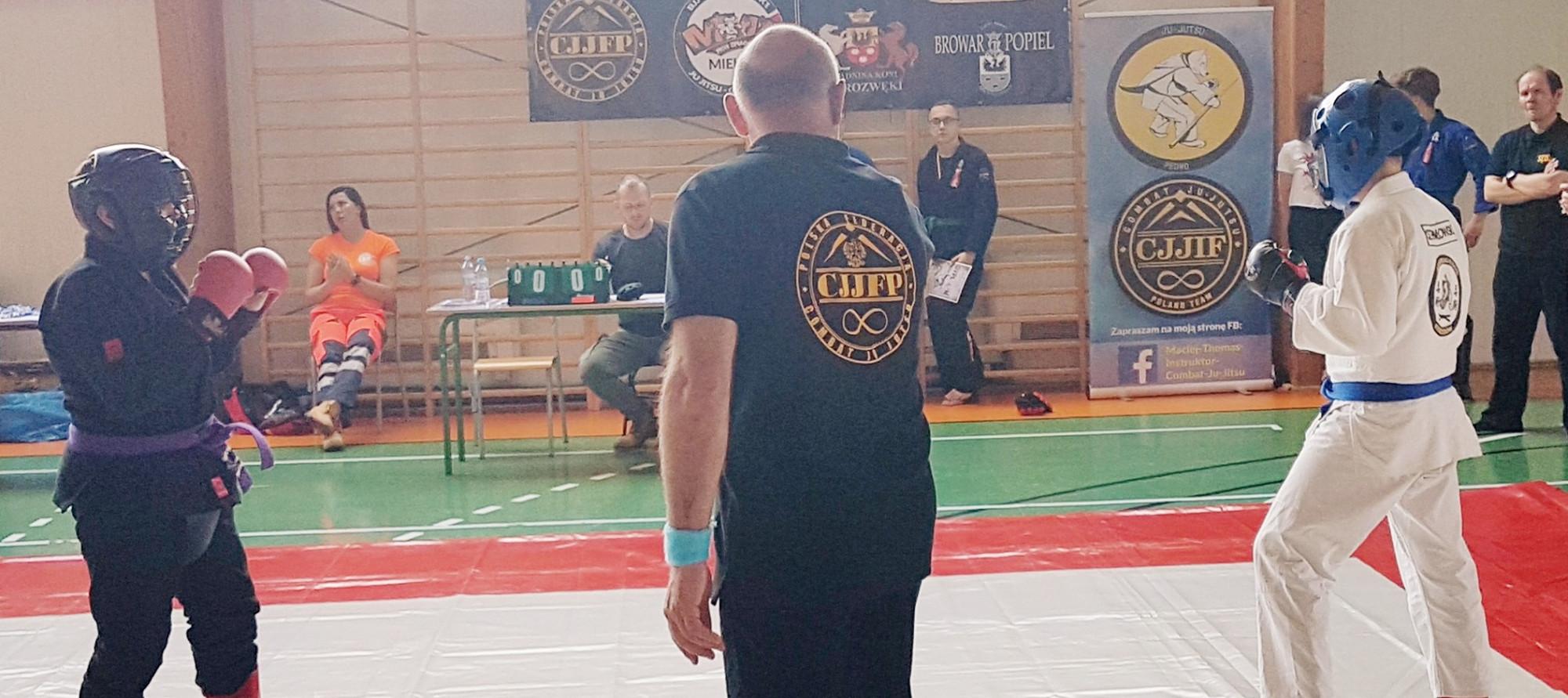 Zawodnicy walczący w ringu podczas III Ligi Combat Ju Jutsu