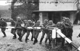 Kadr z filmu na konkurs historycznych filmów komórkowych - żołnierze ściągają szlaban graniczny