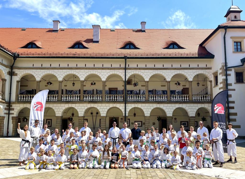 Zdjęcie grupowe karateków biorących udział w Letniej Akademii Karate